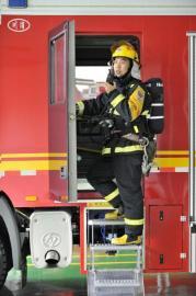 成都消防员上央视 43秒撞开15火门中央电视台综合频道黄金档播出《挑战不可能》节目,节目中,一名消防队员用时43秒,用身体撞开熊熊燃烧、被锁死的火门。