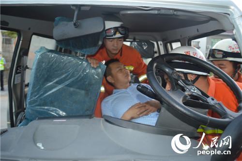 人民消防网九江8月29日电 8月29日05时05分,德安大队值班室接到报警称:位于德安县德白公路丰林镇段发生一起交通事故,并有人员被困,情况十分紧急。接到报警后德安大队迅速出动一辆抢险救援车,7名消防官兵火速赶往事故现场进行处置。 05时40分大队官兵到达救援现场后,发现小货车驾驶员被牢牢的卡在驾驶室内动弹不得,由于车辆撞击驾驶室严重受损至变形,双脚被卡住,货车司机右脚因严重撞击导致右小腿及膝盖粉碎性骨折且失血过多。情况十分危急,指挥员立即下令,破拆组携带液压扩张钳、液压机动泵对司机进行解救。警戒组负责配