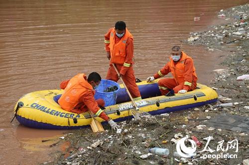 云南楚雄消防官兵打捞垃圾清洁驻地 母亲河