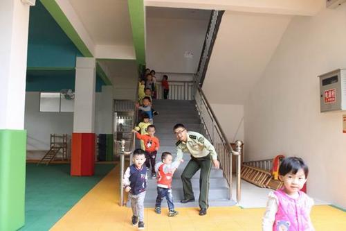 幼儿园的孩子年纪小,自我保护能力差,学校又以女老师居多,一旦发生