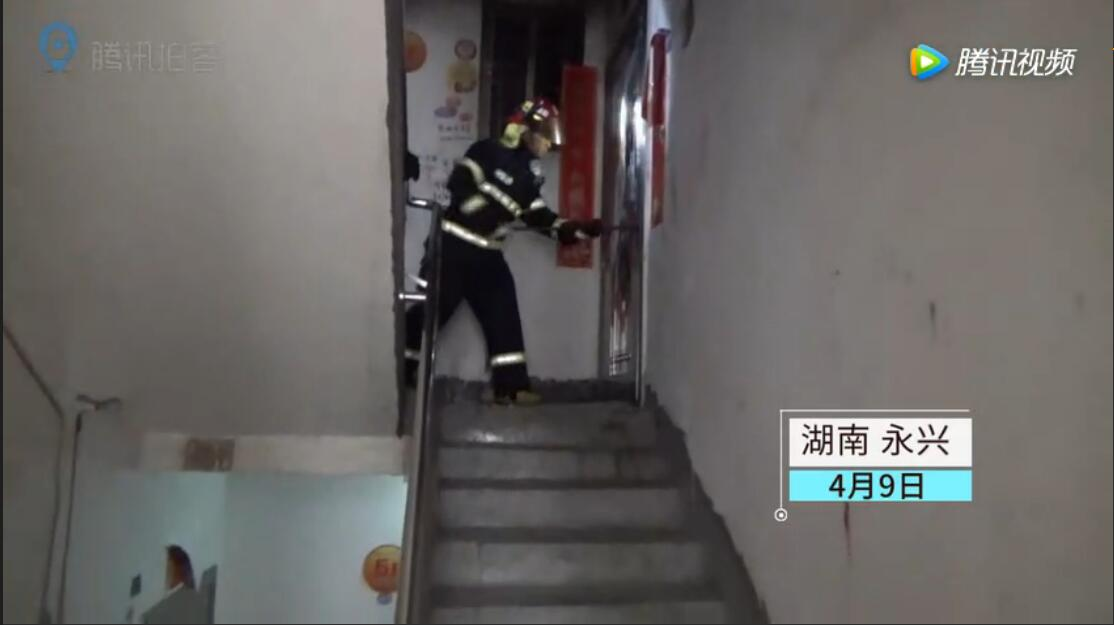 消防员冲入火场勇救3名儿童