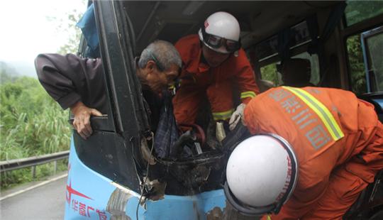 雨天2车迎头相撞 四川广安消防紧急救援