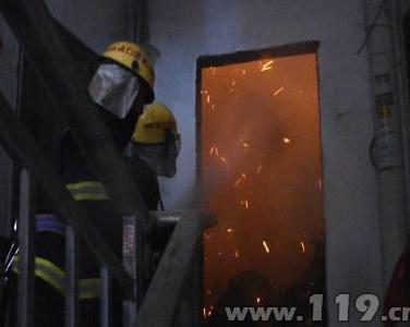 在建小区电梯井突发大火 黄石消防救出一家三口
